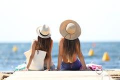 Touristes des vacances d'été détendant sur la plage Images stock