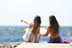 Touristes des vacances d'été sur le pointage de plage Image stock