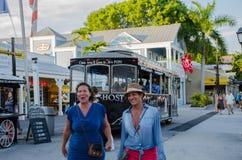Touristes devant le chariot Photographie stock libre de droits