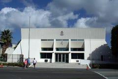 Touristes devant un bâtiment de gouvernement sur Grand Cayman image libre de droits