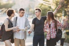 Touristes discutant où aller Amis perdus dans la ville Images libres de droits
