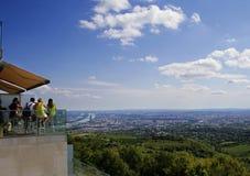 Touristes donnant sur Vienne Images libres de droits