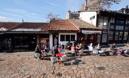 Touristes en café extérieur Photographie stock libre de droits