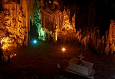 Touristes en caverne de Melidoni Photo stock