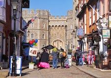 Touristes en dehors de château de Windsor en Angleterre image stock