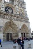 Touristes en dehors des entrées avant à Notre Dame Cathedral, Paris, France, 2016 Images stock