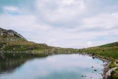 Touristes en montagnes d'été Image stock