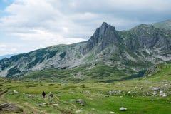 Touristes en montagnes d'été Photo stock
