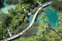 Touristes en parc national de lacs Plitvice photographie stock