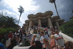 Touristes en stationnement Guell - Barcelone Images stock