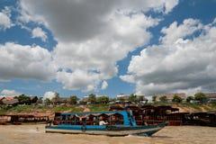 Touristes en tournée dans le bateau sur la rivière Photo libre de droits