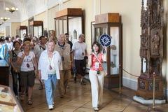 Touristes en tournée guidée dans l'ermitage Images stock