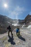 Touristes en volcan actif de Mutnovsky de cratère sur le Kamtchatka Russie Image stock