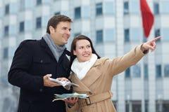 Touristes en voyage de ville avec le guide Photographie stock libre de droits