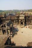 Touristes entrant dans Angkor Vat Image libre de droits