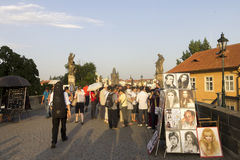 Touristes et artistes sur le pont de Charles Photographie stock