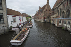 Touristes et bateau photos stock