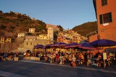 Touristes et beaucoup de personnes à la vieille ville de Vernazza Cinque Terre, Italie Image stock