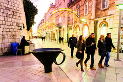 Touristes et citoyens marchant le long d'une des rues principales dans la vieille ville de la fente, Croatie Photos libres de droits