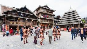 Touristes et danse ronde sur la place dans Chengyang Photo libre de droits