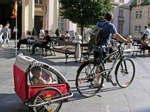 Touristes et enfant de cycle Photographie stock libre de droits