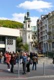 Touristes et l'église de St Maria Magdalena image stock
