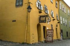 Touristes et maisons sur des rues de la ville médiévale de Sighisoara, Roumanie Bâtiments et cafés antiques de rue photos libres de droits