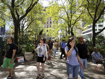 Touristes et Newyorkais dans la place NYC de Greeley Photos libres de droits