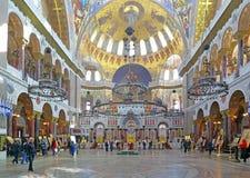 Touristes et paroissiens dans la cathédrale navale de Saint-Nicolas images stock