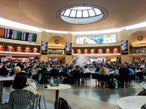 Touristes et passagers sur le terminal 3 chez Ben Gurion International Airport, Tel Aviv Photos stock