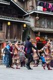 Touristes et personnes de coup dans la danse ronde sur la place Photographie stock libre de droits