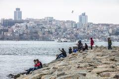 Touristes et personnes locales détendant près du détroit de Bosphorus Photo stock