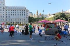 Touristes et pigeons à Barcelone Photo libre de droits