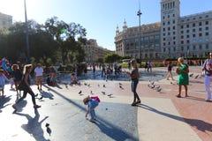 Touristes et pigeons à Barcelone Photo stock