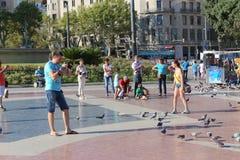 Touristes et pigeons à Barcelone Image stock