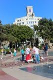 Touristes et pigeons à Barcelone Image libre de droits
