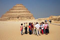 Touristes et pyramide Photographie stock libre de droits