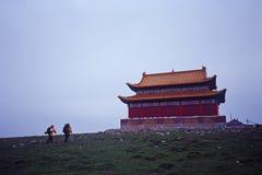 Touristes et temple Images libres de droits