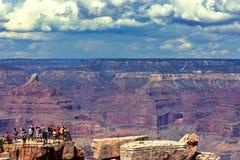Touristes et une vue parfaite de Grand Canyon photos stock