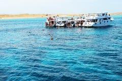 Touristes et yachts naviguants au schnorchel de moteur sur la Mer Rouge Photo stock