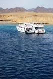 Touristes et yachts naviguants au schnorchel de moteur sur la Mer Rouge en Ras Muhammad National Park Images libres de droits