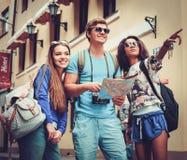 Touristes ethniques multi d'amis avec la carte dans la vieille ville Photos libres de droits