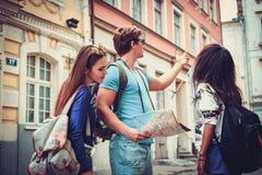 Touristes ethniques multi d'amis avec la carte dans la vieille ville Image libre de droits