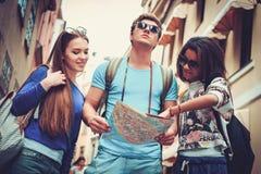 Touristes ethniques multi d'amis avec la carte dans la vieille ville Images stock