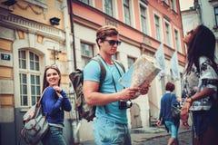 Touristes ethniques multi d'amis avec la carte dans la vieille ville Image stock