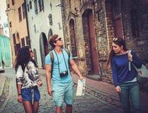 Touristes ethniques multi d'amis avec la carte dans la vieille ville Photo stock