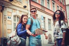 Touristes ethniques multi d'amis avec la carte dans la vieille ville Images libres de droits