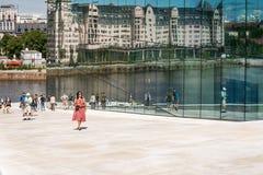 Touristes explorant le théatre de l'opéra d'Oslo, Norvège Photographie stock