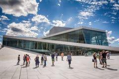 Touristes explorant le théatre de l'opéra d'Oslo, Norvège Photographie stock libre de droits