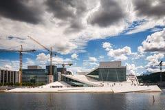 Touristes explorant le théatre de l'opéra d'Oslo, Norvège Image libre de droits